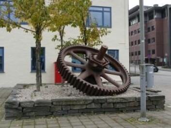 Eksempel fra Solheimsviken på hvordan maskindeler og andre gjenstander kan brukes for å understreke koblinger til stedets historie. Virksomheten ved Bergen Mekaniske Verksted (1855-1991) var tett koblet opp mot skipsindustrien. Foto: NIKU