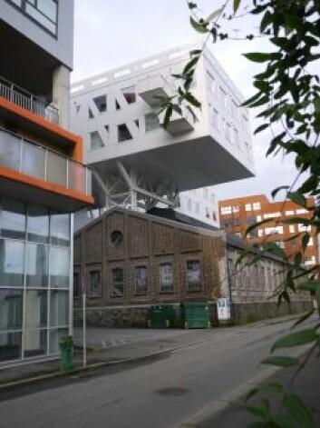 Den original rødbrunetegnsteinsbygningen står fortsatt på sin opprinnelige plass i Damsgårdsveien, men har fått et moderne tilbygg som kan ivareta byplanleggernes ønske om å bygge tettere og høyere. Foto: NIKU