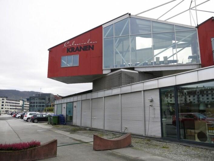 Colonialen Kranen kan tilby kafe og konferanselokaler. Den ligger rett ved Damsgårdssundet med lystbåtmarinaen som nærmeste nabo. I bakgrunnen skimtes bebyggelsen i Solheimsviken. Foto: NIKU