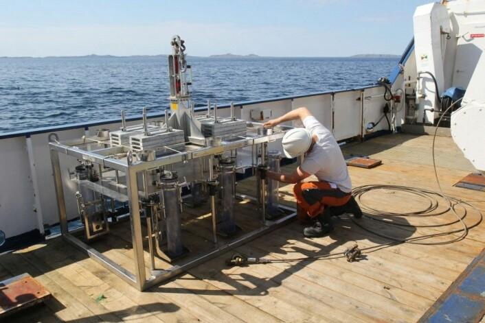Klargjøring av utstyr som brukes til å ta sedimentprøver. (Foto: Herman Iversen, Kartverket)