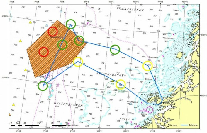 Oversikt over Sklinnabanken. Det stengte fiskefeltet er markert rødt, toktruta har blå strek og stasjoner for prøvetaking er markert i grønne, gule og røde sirkler. Stasjoner fra tidligere MAREANO-tokt er markert med gule trekanter vest for fiskefeltet. (Kart: MAREANO)