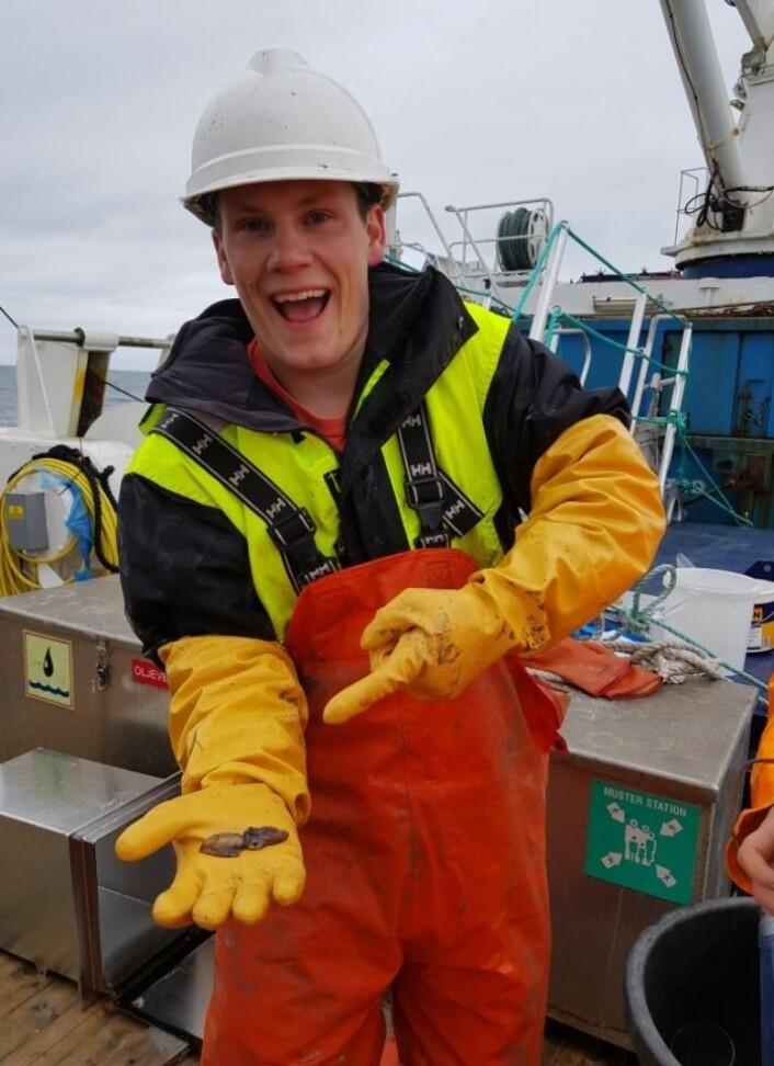 BIFANGST: Havet yrer av liv. Vi får derfor mye mer enn forventet, blant annet denne blekkspruten som Frank viser fram. (Foto: Havforskningsinstituttet)