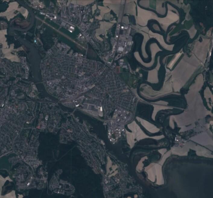 Det gikk en viktig cup-kamp på et stadion i dette bildet i løpet av uken som gikk. Her sett fra Copernicus-satellitten Sentinel-2 torsdag 31. mai. (Bilde: Copernicus Sentinel data 2018)