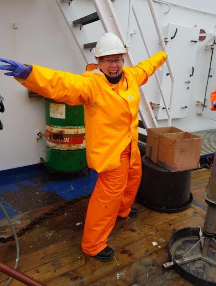 BØLGE: Tidvis opp mot fem meter høye bølger førte til stans på prøvetakingen for blant andre Valerie en stakket stund. I mellomtiden vasket bølgene det tilgrisete dekket. (Foto: Havforskningsinstituttet)