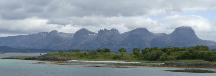 Å se geologien i landskapet gir meg en ekstra dimensjon i naturopplevelsene. De syv søstre i Norland består av granittiske bergarter og danner en markert fjellrygg hvor omliggende skifre og kalkbergarter gir grønne frodige flater. (Foto: Ane K. Engvik)