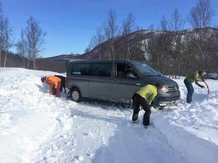 I løpet av skiferien i Nordland fekk me trøbbel med smale vegar, høge snøskavlar og få parkeringsmoglegheiter. (Foto: Dominik Siegrist)