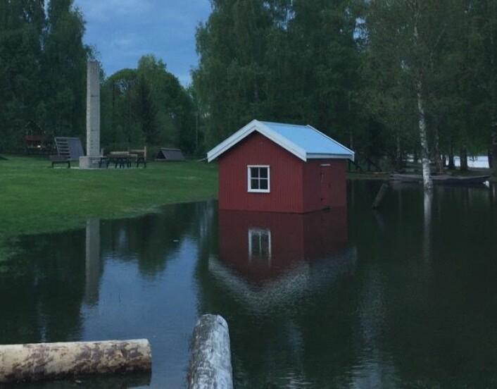 """Ganske mye vann i år, men det var mye mer vann i gamle dager ved Fetsund. """"Storofsen"""" i 1789 er avmerket helt øverst på flomsteinen, mens """"Vesleofsen"""" i 1995 har et merke nede på sålen. Og i 1967 stod vannet drøyt 2 meter høyere enn i 1995. (Bilde: T. Wahl)"""