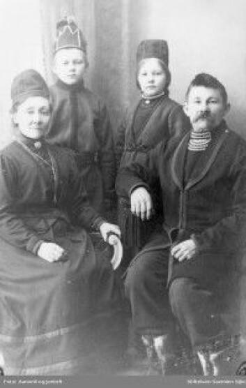 Sanna og Anton Jonassen med barna Bjarne og Sofie. De drev reindrift på Nord-Fosen. Sanna og Anton var kjente samepolitikere i Sør-Norge mellom 1905 og 1925. (Foto: Stiftelsen Saemien Sïjte/Aanonli og Jentoft)