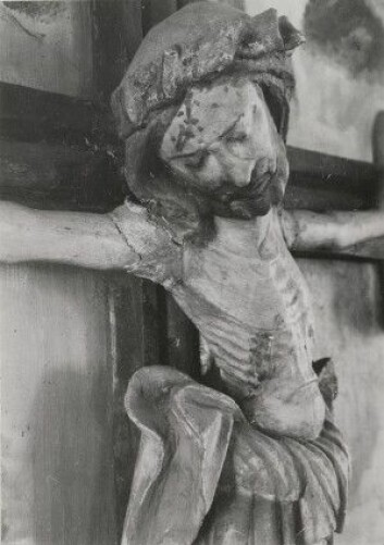 Krusifiks i Vinger kirke. Tatt en gang mellom 1928 og 1968 Foto: Riksantikvarens arkiv