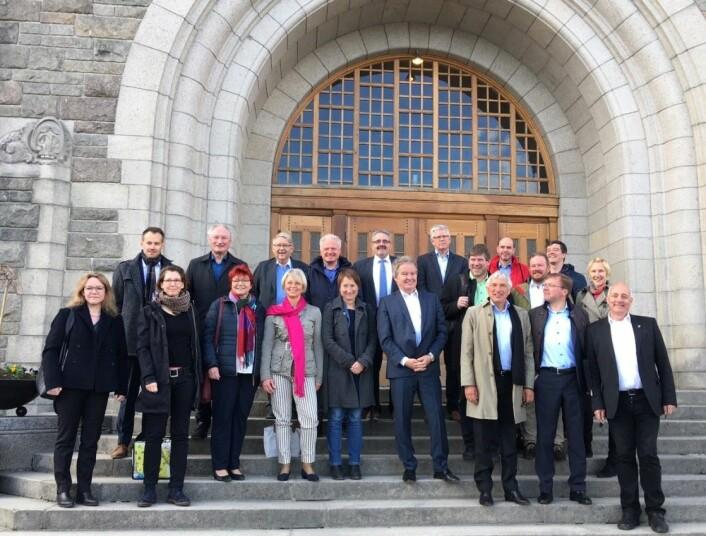 Den tyske delegasjonen og vertskapet, på trappen til Hovedbygningen på NTNU Foto: Hege Tunstad/NTNU Energi