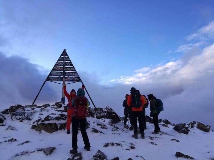 Alle 16 i turfølget nådde målet: toppen av fjelltoppen Jebel Toubkal på 4200 meter. (Foto: Privat)