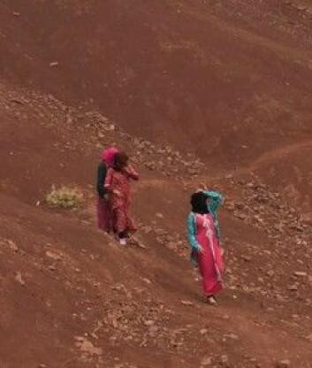 Vi passerer tre kvinner på vei mellom to landsbyer som ligger rundt 2500 meters høyde. (Foto: Privat)