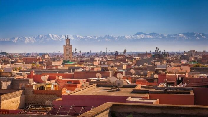 På klare vårdager synes Atlasfjellene så nær at man nesten kan ta på de glitrende, snøkledde fjellsidene bak konturene av grønne palmer og leirfargede hus i Marrakech. (Foto: Maurizio De Mattei/ Shutterstock/NTB scanpix)
