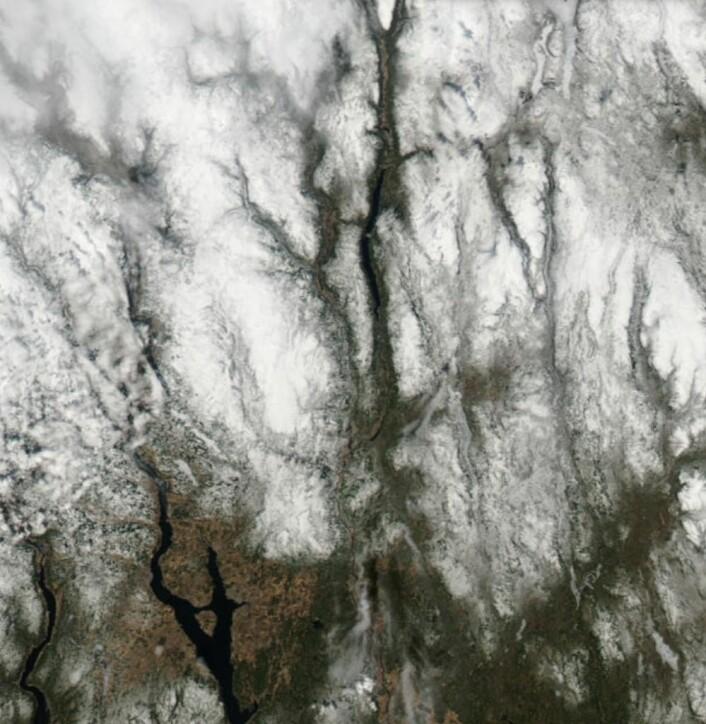 Det er fortsatt en god del snø i fjellet sørpå. Her sett fra NASA-satellitten Aqua lørdag 5. mai. (Bilde: NASA Aqua MODIS)