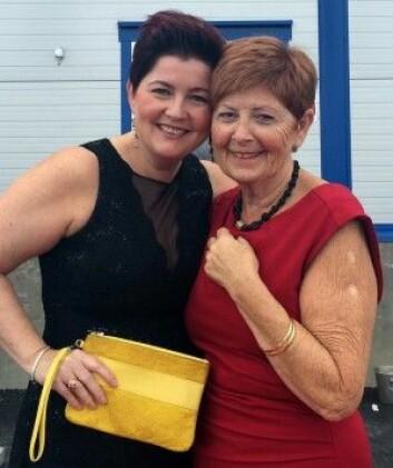 Minmor og jeg på vei til fest. Min lekre clutch i gult er selvskreven! (Foto: Privat)