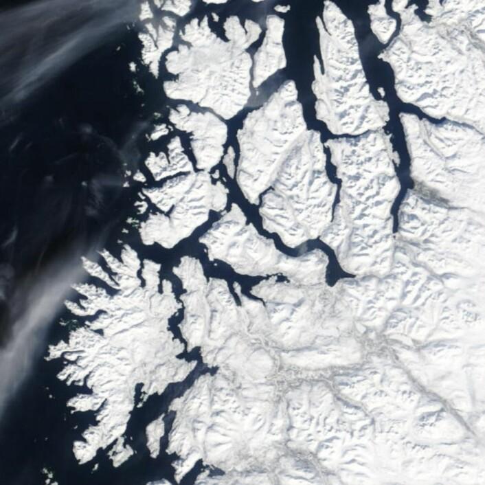 Vinteren har fortsatt ikke sluppet taket i Troms, fredag 13. april. (Bilde: NASA Terra MODIS)