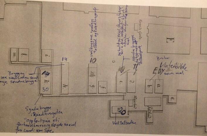 """Arbeidsnotater fra plasseringen av """"brannkassesjøbodene"""" i kartutsnitt av bryggeområdet. Det har vært litt """"ommøblering"""". Tidvis As"""