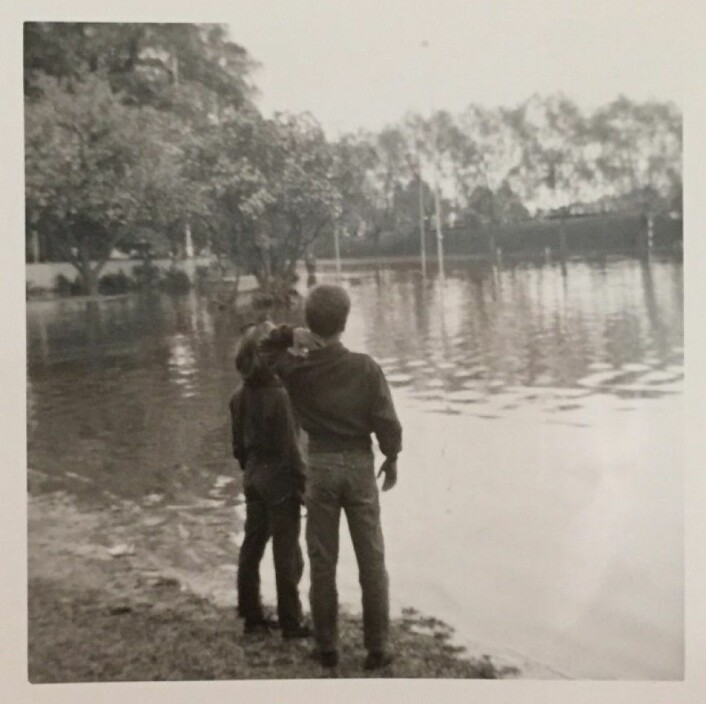 Jeg og min søster betrakter alt vannet rundt huset vårt på Lillestrøm i 1967. (Bilde: H. Wahl)