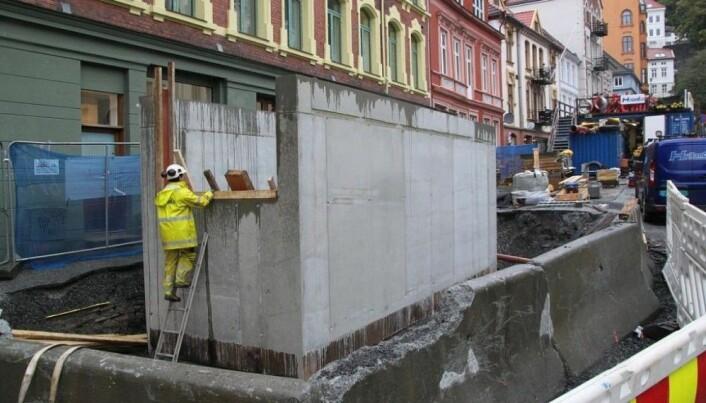 Terningen dukket opp under utgravninger inne i denne betongkassen i Øvre Korskikrealmenning i Bergen. Foto: NIKU