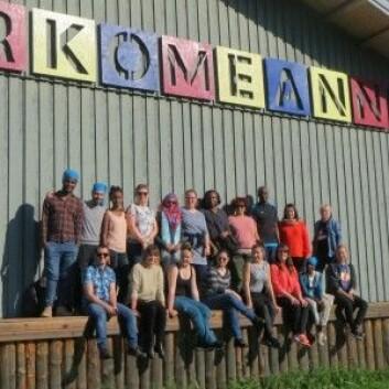 Studenter på urfolksmasteren besøker festivalområdet til den samiske festivalen Márkomeannu. (Foto: Berit Nystad Eskonsipo)