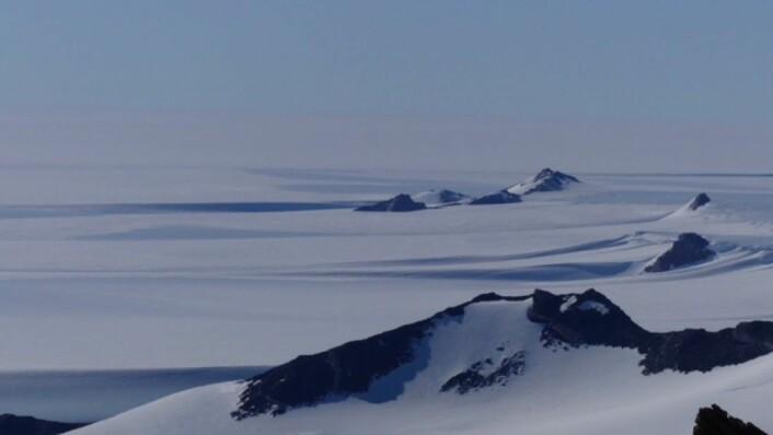 Nunatakkene Rabben, Gubben og Kjerringa bryter opp de vidstrakte isviddene nordover mot iskanten og Sørishavet. (Foto: Ane K. Engvik)
