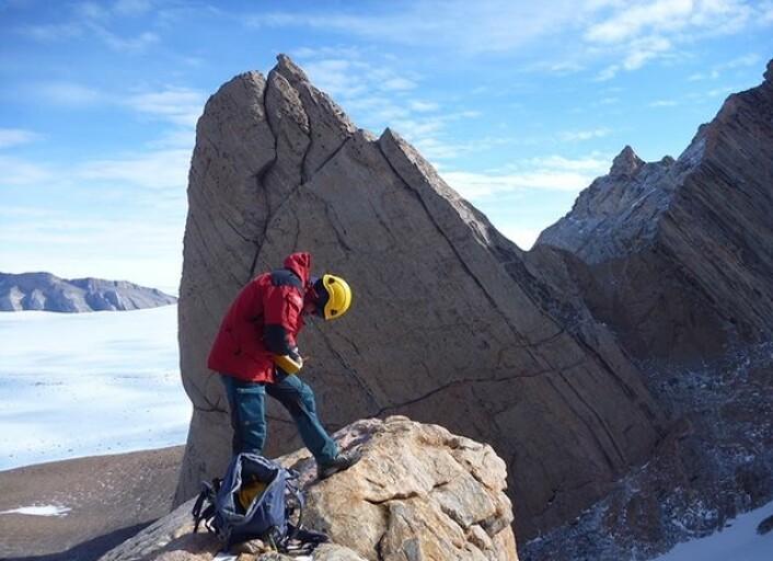 Blankpolerte fjellvegger gir geologene gode arbeidsforhold. Fjellet Tommelen i bakgrunn er formet etter en granitt-intrusjon. (Foto: Ane K. Engvik)