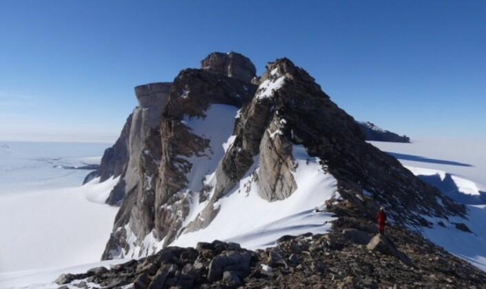 Jutulhogget – en 900 meter høy fjellklippe i Dronning Maud Land. (Foto: Ane K. Engvik)
