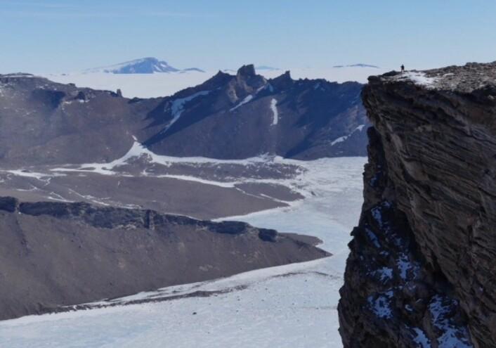 """""""On the bottom of the world"""" – toppen av Jutulhogget 2020 meter over havet. (Foto: Synnøve Elvevold)"""