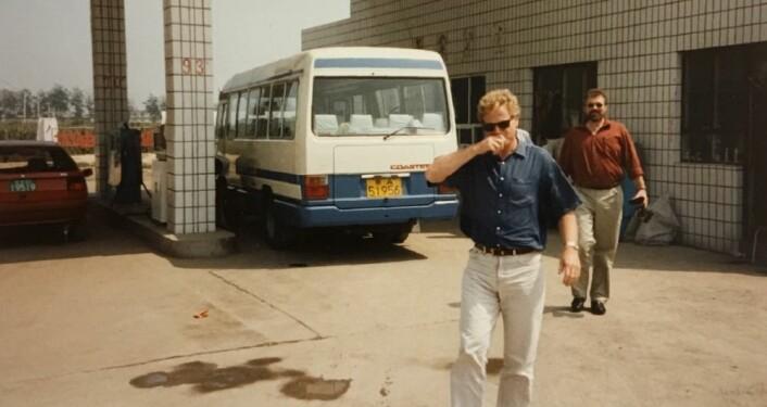Tilfeldig minne fra min første tur til Kina, i 1995. Vi hadde leid denne bussen gjennom Kinas miljødepartement, som også var med på turen. Vi besøkte kullfyrte kraftverk og industri, for å se på luftforurensning - og muligheten for norsk industri til å bli involvert i prosjekter. Nils Røkke knipset dette uforglemmelige øyeblikket.