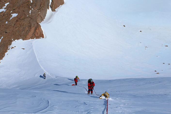 Noen ganger kan det by på utfordringer å komme fram til fjellet vi vil undersøke. Da er det tryggest å gå i tau. (Foto: Synnøve Elvevold)