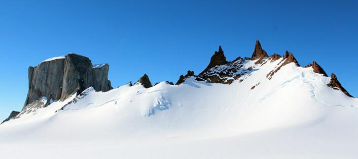 Hoggestabben til venstre har en karakteristisk flat topp mens Vedkosten til høyre, består av brunfarget charnokitt som ofte danner pinakler og spisse tinderekker. (Foto: Synnøve Elvevold)