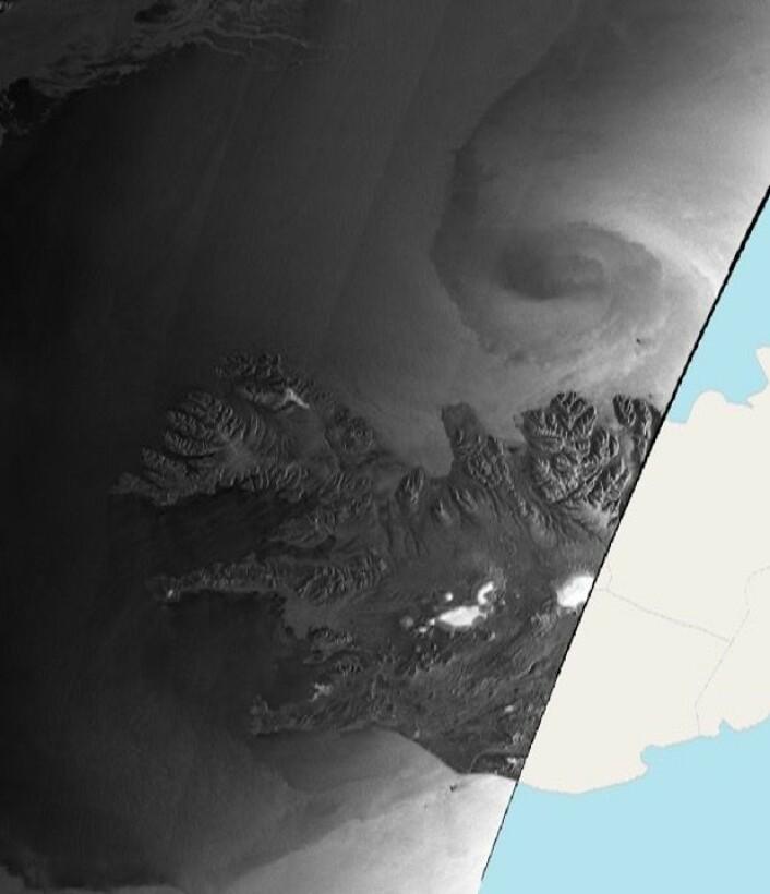 Radarsatellittbilde av stormsenteret nord for Island på morgenen 15 januar. Mørke områder har lite refleksjon, lyse områder har sterk refleksjon. (Bilde: Copernicus Sentinel data 2018)
