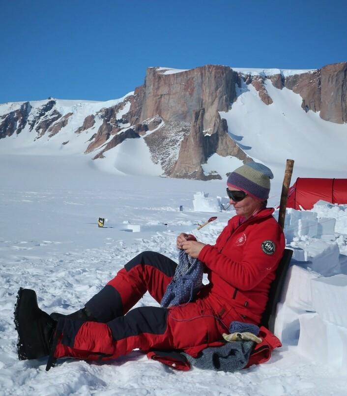 Mens vi venter på helikopterskyss – en rolig ventestund gir litt tid for strikking (Foto: Synnøve Elvevold)