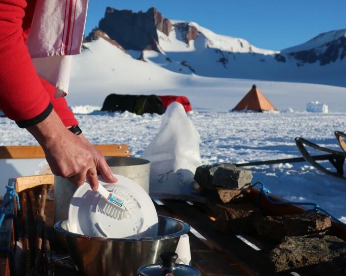 Kjøkkentjeneste og steinprøver i geologleiren (Foto: Ane K. Engvik)