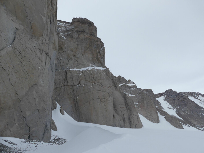 Selv om det meste av Antarktis er dekket av is i dag, gir nunatakkene som stikker opp av isen fantastiske blotninger av fjellene. Bilde fra Jutulhogget i Jutulsessen (Foto: Ane K. Engvik)