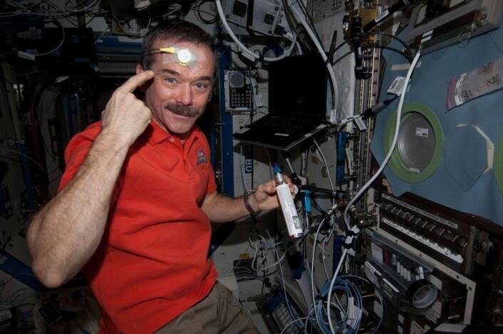 Astronaut Chris Hadfield med temperaturmåler i pannen under et eksperiment med døgnrytmer i rommet. (Foto: NASA)