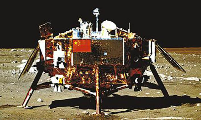 Chang'e 3, Kinas første månelandingsfartøy, fotografert fra månebilen Yutu i 2013. Chang'e 4 ble bygget som en reserve til Chang'e 3, og er derfor lik denne. (Foto:China National Space Administration)