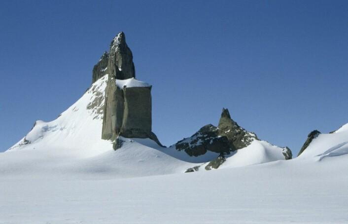 Ulvetanna ligger i et nunatakområdet som heter Fenriskjeften. (Foto: Synnøve Elvevold, Norsk Polarinstitutt)
