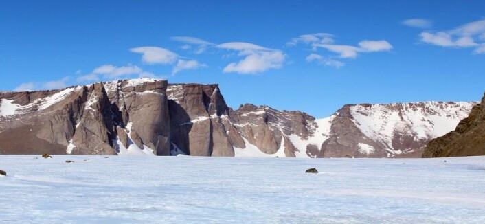 Jutulhogget er et 800 meter høyt fjellmassiv i Jutulsessen. (Foto: Synnøve Elvevold, Norsk Polarinstitutt)