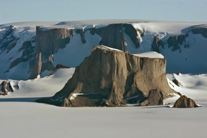 Det er ikke vanskelig å skjønne hvordan fjellet Hoggestabben fikk navnet sitt. (Foto: Stein Ø. Nilsen, Norsk Polarinstitutt)