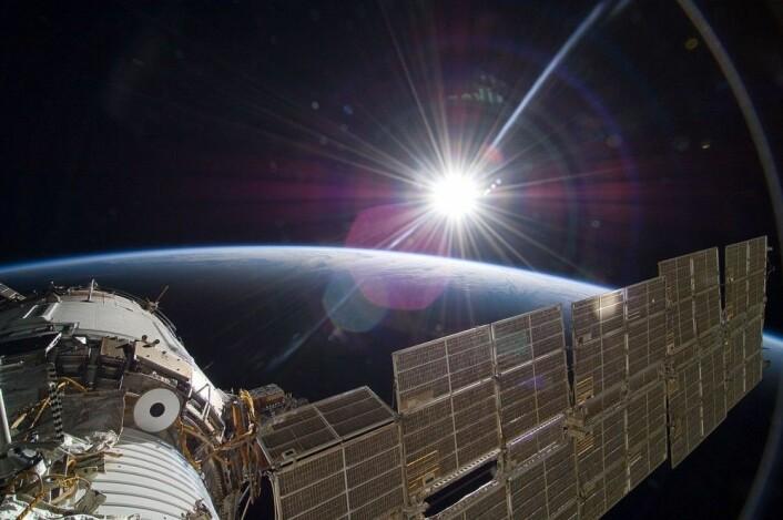 Godt betalende turister vil kunne nyte synet av slike soloppganger fra rommet – her med den russiske Zvezda-modulen i forgrunnen. (Foto: NASA)