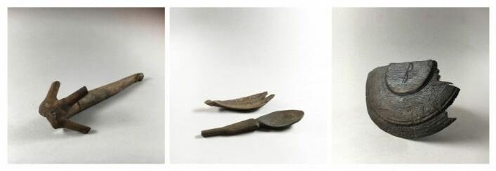 Grøtrelaterte gjenstander, fra venstre: en tvare, to skjeer og tretallerken med innrisset rune – R eller B. (Foto: NIKU)