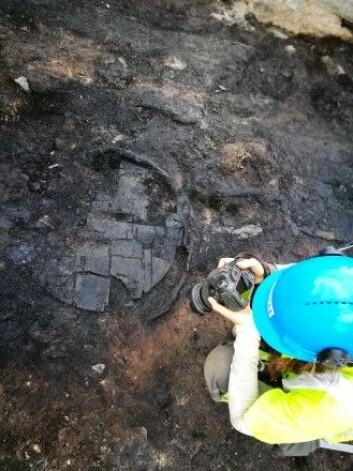 De nedbrente restene av et lagget kar fylt med korn Foto: NIKU