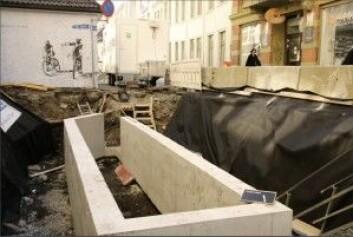 Agatperlen ble funnet i denne bosskummen som senkes ned etterhvert som arkeologene graver seg ned i kulturlagene og helt ned til den første bebyggelsen. <em>(</em>Foto: Ingrid Rekkavik, NIKU)
