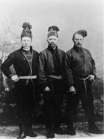 John Eliassen Boere til høyre. Bildet er tatt i 1908, da han var utsending til kongen og regjeringen i Oslo sammen med Martin Jonassen (til venstre) og Daniel Mortenson (i midten) (Foto: Stiftelsen Samien Sijte)