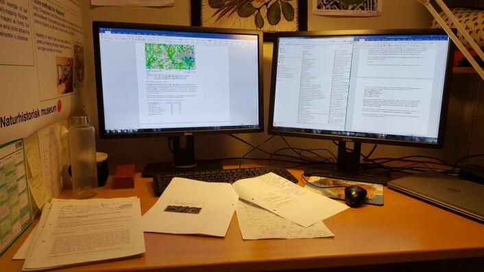 Det er her, foran datamaskinen, jeg skal tilbringe de neste månedene. Foto: HAU