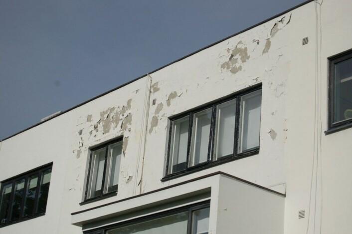 Stor fuktbelastning og skader som dette, i tilknytning til vinduer er typiske. (Middelthuns gate, Oslo). Vinduene står helt ute i vegglivet, uten beskyttelse fra takutstikk. Foto: Ellen Hole, NIKU