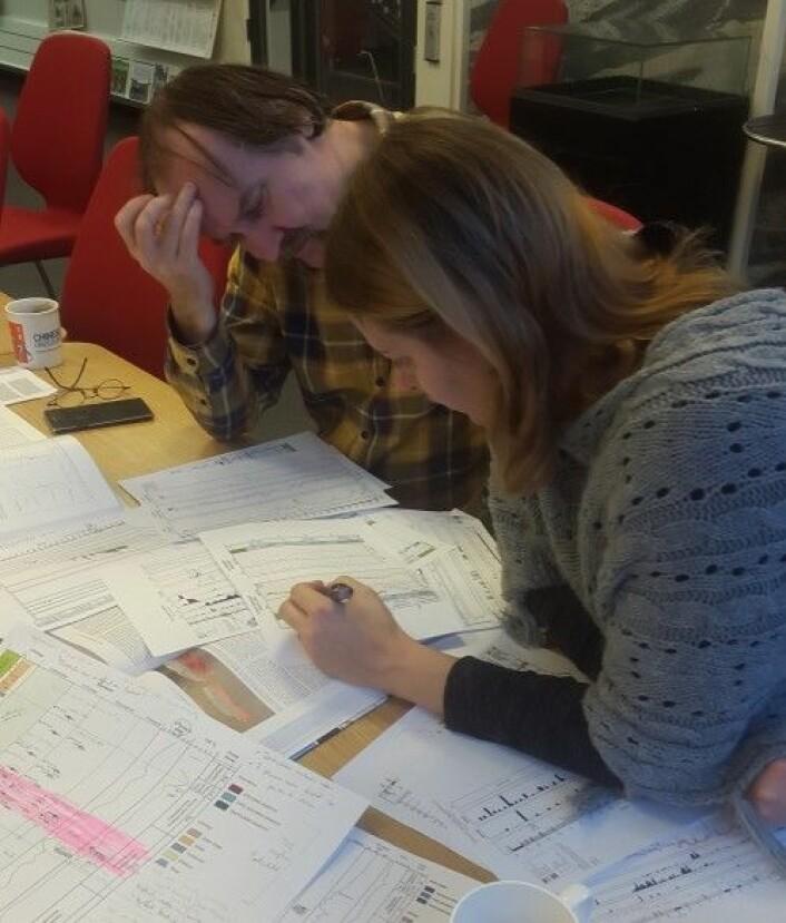 Maayke og Øyvind setter sammen alt vi vet om sedimenter, små dyr og store dyr. Foto: LLD