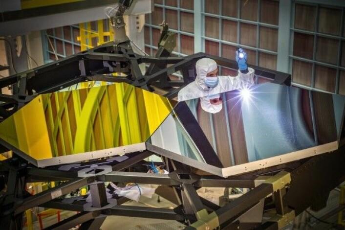 Her sjekkes en del av speilet til romteleskopet James Webb før det får et tynt lag med gull. NASA/D. Stover