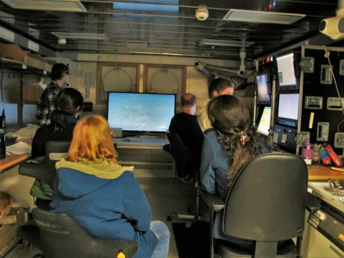 Geologer, kjemikere og biologer i full konsentrasjon om bord i forskningsskipet G.O. Sars under overføring av video fra havbunnen i sokkelskråningen vest av Svalbard. Foto: Mareano